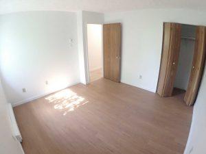 5 et demi - Chambre avec placard. Des loyers abordables à Lennoxville, Sherbrooke, Appartements Oxford spacieux et propres