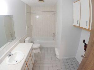 5 et demi - Salle de bain. Des loyers abordables à Lennoxville, Sherbrooke, Appartements Oxford spacieux et propres